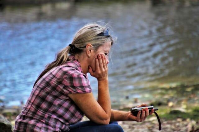 下手なメッセージを送信して後悔する女性