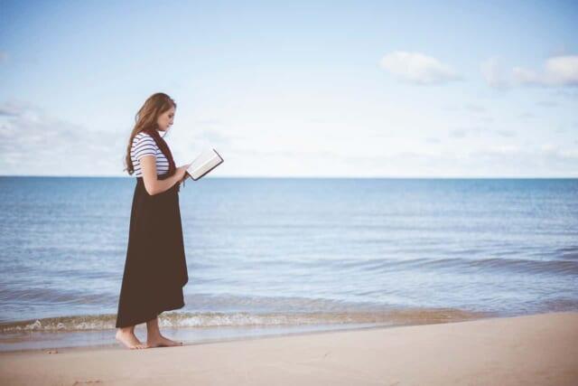 小説を読み耽る女性