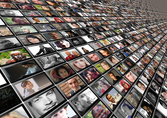 ネット恋愛希望のたくさん人たちが映し出されたスマートフォン