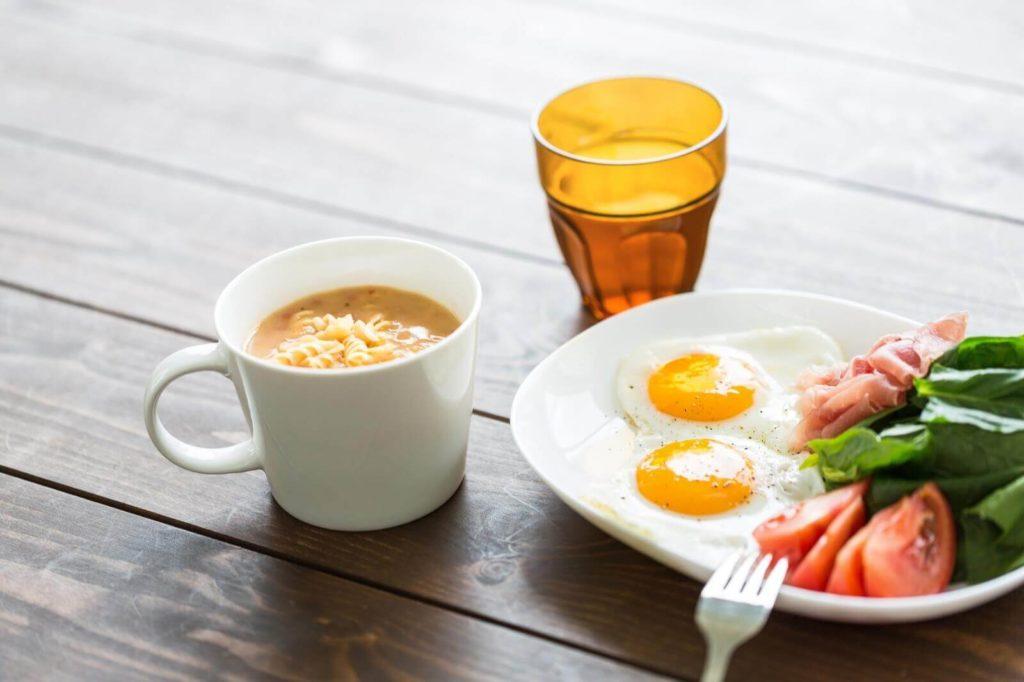 目玉焼きに野菜サラダ、スープの朝食