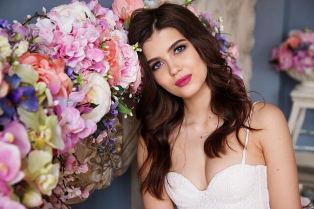 花に囲まれて微笑むモテるアラサー女性