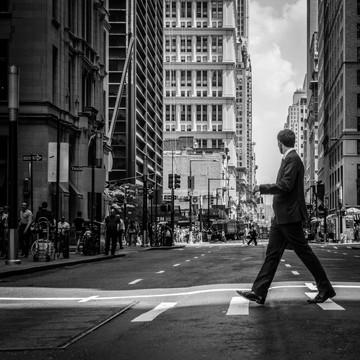 スーツ姿で街を歩く男性