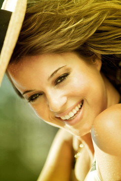 笑顔を振りまく健康的な美女