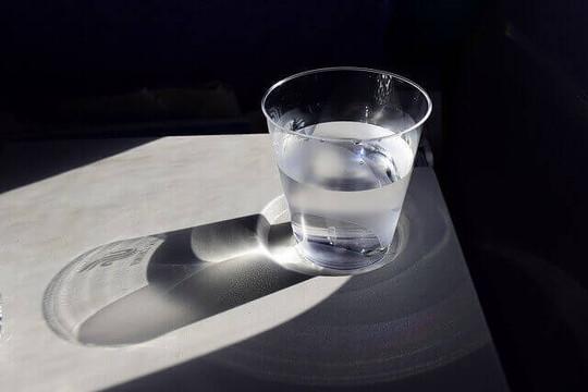 光を浴びる水が入ったグラス