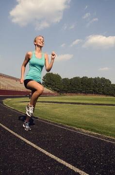 笑顔で走る女性ランナー