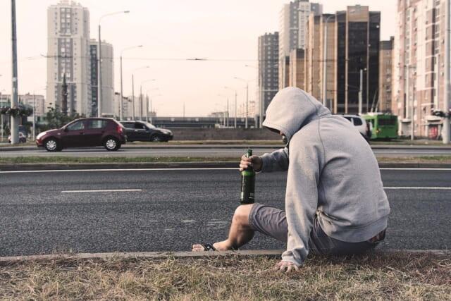 道端に座り込みお酒を飲む恋愛対象外な男性