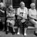ベンチに座ったお洒落な外国人のおばあちゃん4人