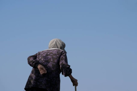 青空の中杖をついてあるく腰のまがったおばあちゃん