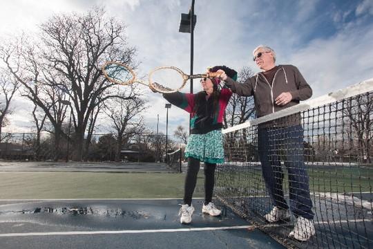 テニスをするアクティブな老夫婦