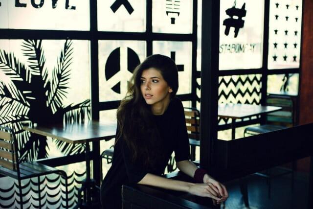 おしゃれなカフェのカウンターに座るこじらせ女子
