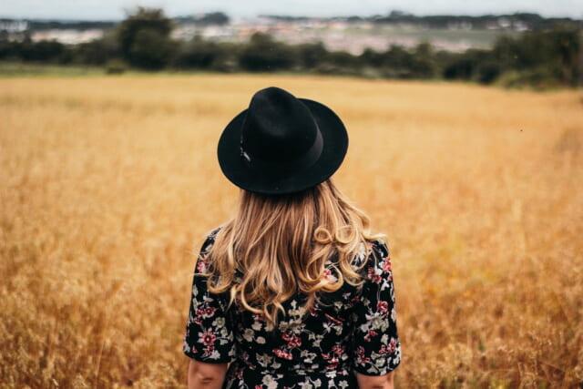 お花畑の中で花かんむりを被った女の子