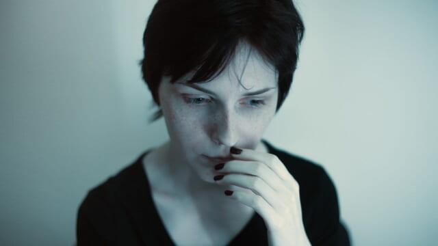 なぜ恋人が出来ないのか深刻な顔をして悩む女性