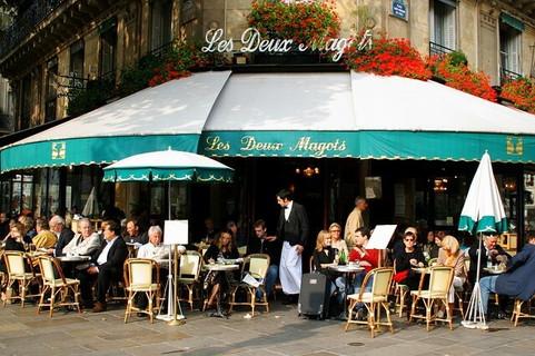 多くの人と出会える可能性があるカフェのテラス席