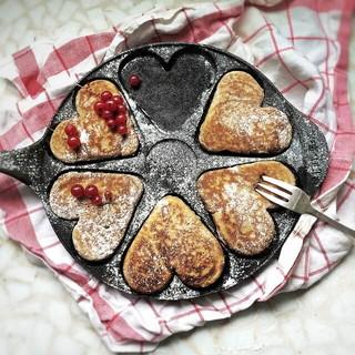 恋人が作ってくれた赤いチェックのふきんの上に乗ったハート型のパンケーキパン
