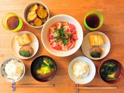 男性が憧れる食卓に並んだ一汁三菜の栄養バランスの良い家庭的な晩ごはん