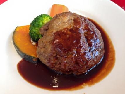 温野菜とデミグラスソースがかかったふんわりとおいしそうなハンバーグ