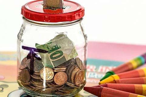 お金がどんどん貯まるコインやお札が入った空きビンで作った貯金箱