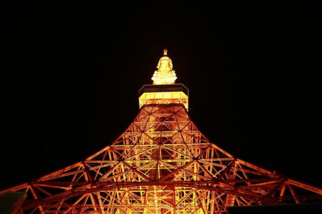 運命の出会いを予感させるクリスマスのイルミネーションとライトアップされた東京タワー