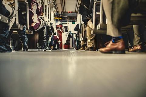 偶然が重なり運命の出会いが訪れるかもしれない年末のバスと座席に座る人々の足元