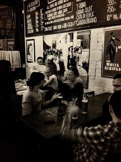 友人の紹介で出会いカフェで楽しそうに語り合う男女4人