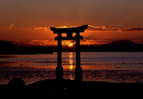 帰省しなければ見る事ができなかったであろう海に浮かぶ鳥居と登り始めた太陽