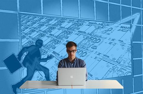 出世をイメージしながら集中してパソコンに向かうメガネをかけた男性