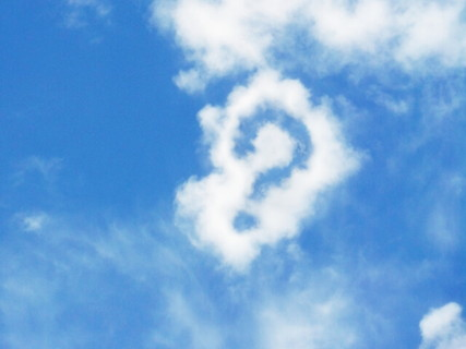青空にうかぶ雲でかたち作られた疑問符
