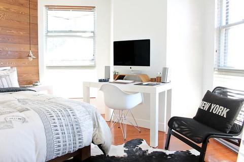 白と黒の家具を中心に整理整頓されたどこに何があるかすぐ分かる部屋