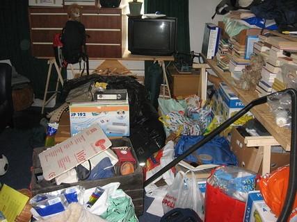 どんどんモノを捨てないと片付かないありとあらゆるものが散らかった汚部屋