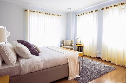 シンプルに整えられたムダなものが何ひとつない明るい寝室