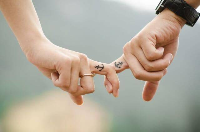 マンネリを乗り越え更に関係が深くなった人差し指を絡めあうカップル