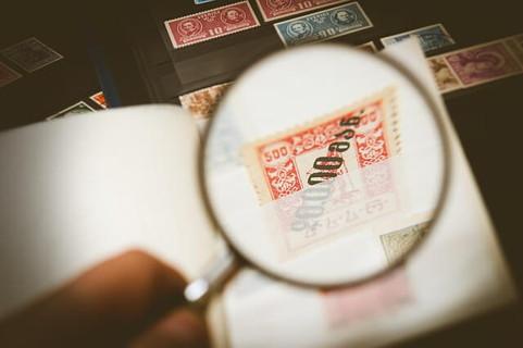 虫眼鏡で拡大された切手
