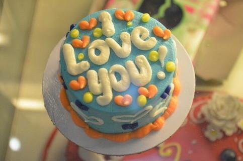 アイラブユーと書かれたカラフルなケーキ