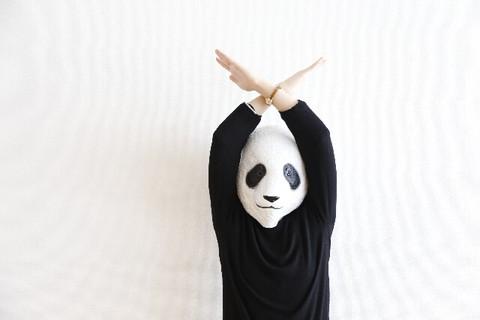 パンダのかぶりものをして手をバツにする女性