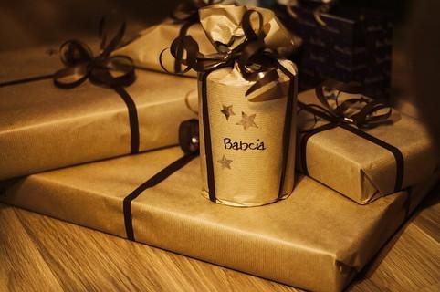 シックな包装紙に包まれたプレゼントたち