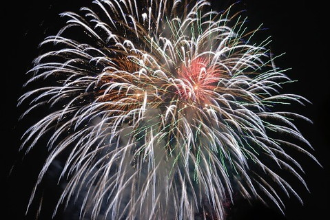 年越しのおめでたい瞬間に夜空に広がる大きな打ち上げ花火