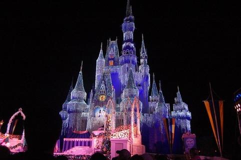 恋人と一緒に見たら思い出に残ること間違いなしの綺麗に飾り付けられたシンデレラ城