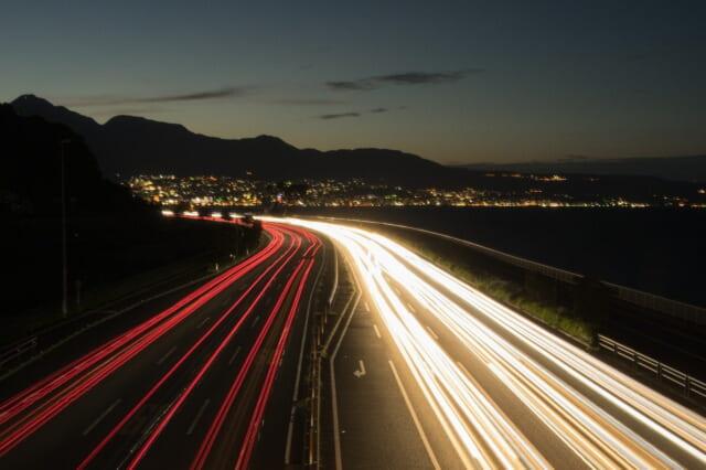車のライトが輝くドライブデートにおすすめな大晦日の高速道路