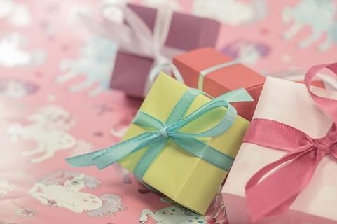 今年もよろしくねの気持ちを込めて渡すパステルカラーの小さなプレゼントボックス