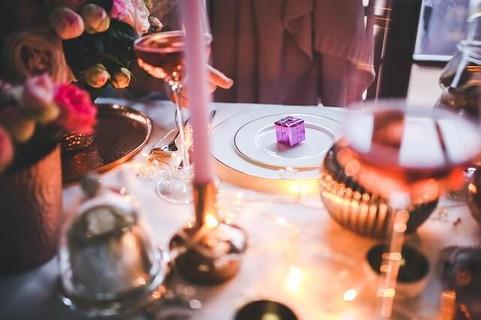 カウントダウンの準備バッチリのテーブルセットとキャンドル、ワインの入ったグラス