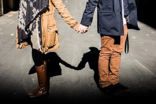 仲良く手を繋いであるくカップル
