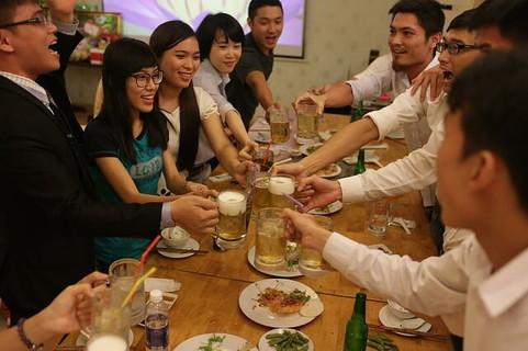 パーティーで盛り上がりながらカンパイする人々