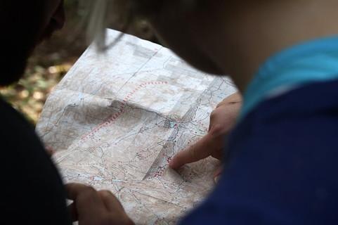 道を尋ねたことで一緒に旅をすることになった地図に指をさしながら行き先を確かめる2人