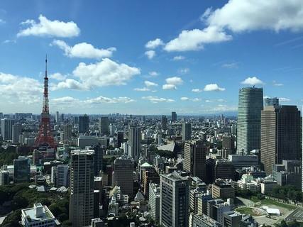 どんな人との出会いがあるのかワクワクする青空に広がる東京の街並みと東京タワー