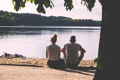 湖のほとりに腰を下ろし、彼女の長い話を延々と聞く優しい男性