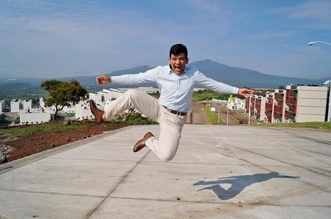 喜びのあまり屋上で飛び跳ねるハイテンションな男性