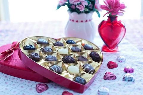 ハート型のボックスにたっぷり入った見た目にも美しいチョコレート