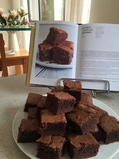 料理本を見ながら一生懸命作ったチョコレートブラウニー