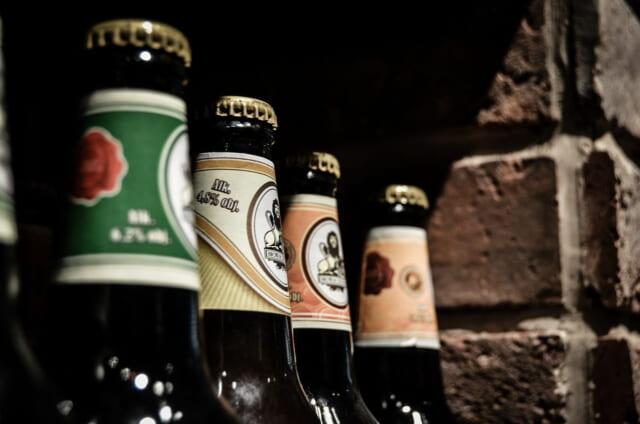 カウンターにずらりと並ぶチョコレートビールのビン