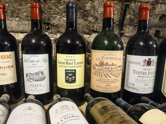 ずらりと並んだボルドーの赤ワイン